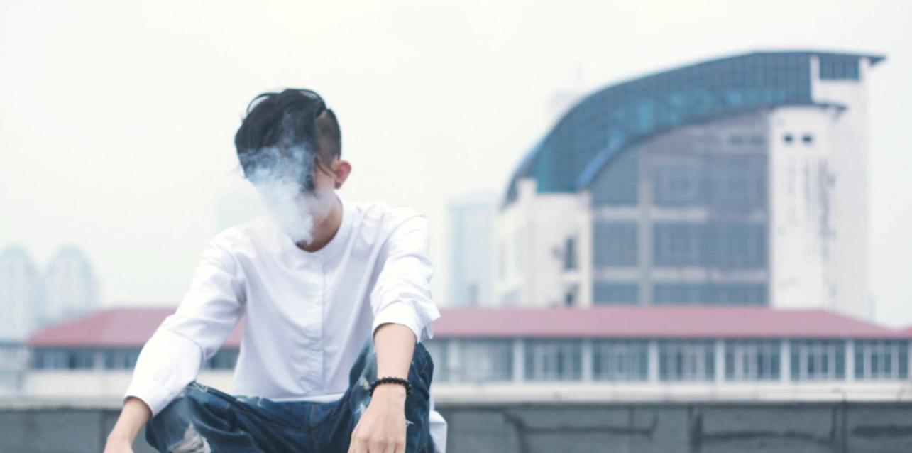 Der er bivirkninger ved alt du bruger meget. Mand der ryger e-cigaret